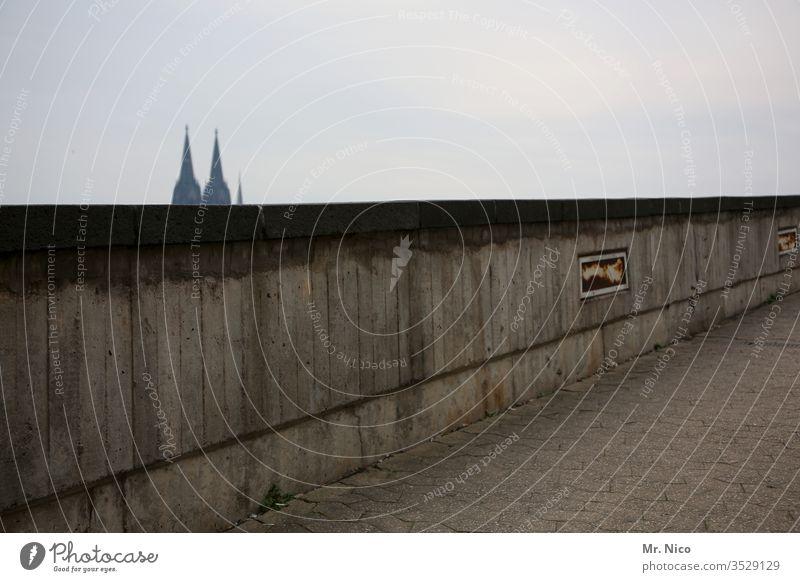 Kölner Mauer Kölner Dom Sehenswürdigkeit Wahrzeichen Stadt grau Domspitzen Himmel Religion & Glaube Wand Architektur Bauwerk Kirche Tourismus