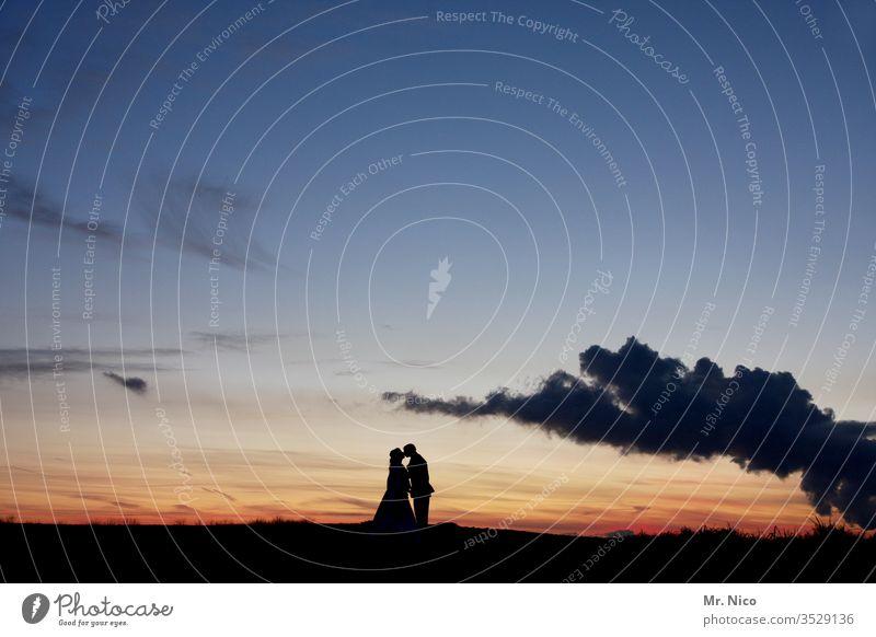Kuss vorm Sonnenuntergang Frau Mann Küssen Liebe Paar päärchen Liebespaar Zusammensein Partnerschaft harmonisch Zuneigung Vertrauen Glück zusammengehörig