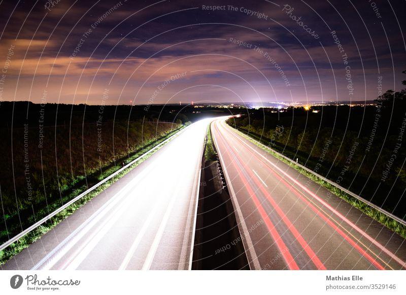 Leuchtspuren auf Autobahn Lichtstreifen Raser Scheinwerfer Autoscheinwerfer Nachthimmel zielstrebig Geschwindigkeitsrausch leuchten leuchtende Farben