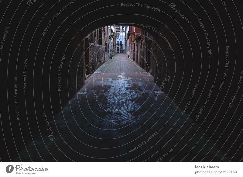 Dunkle Gasse hinter Bogen in Venedig, Italien dunkel Architektur Straße Großstadt alt Gebäude Europa Tourismus Licht reisen urban Stadt eng Wand antik Stein