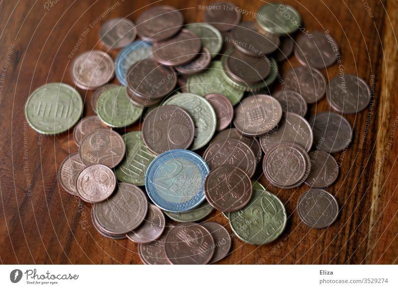 Ein Haufen Münzgeld auf einem Holztisch Geld Münzen Geldmünzen Euro Finanzen Kleingeld Sparen Spardose Kassensturz Trinkgeld sparen Business bezahlen Bargeld