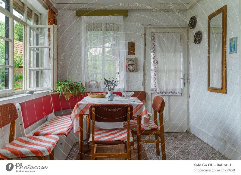 Aufgeräumtes Speisezimmer in einem alten traditionellen ungarischen Volkshaus speisend Raum Innenräume Haus Sozialismus Möbel ländlich Landschaft Muster Tapete