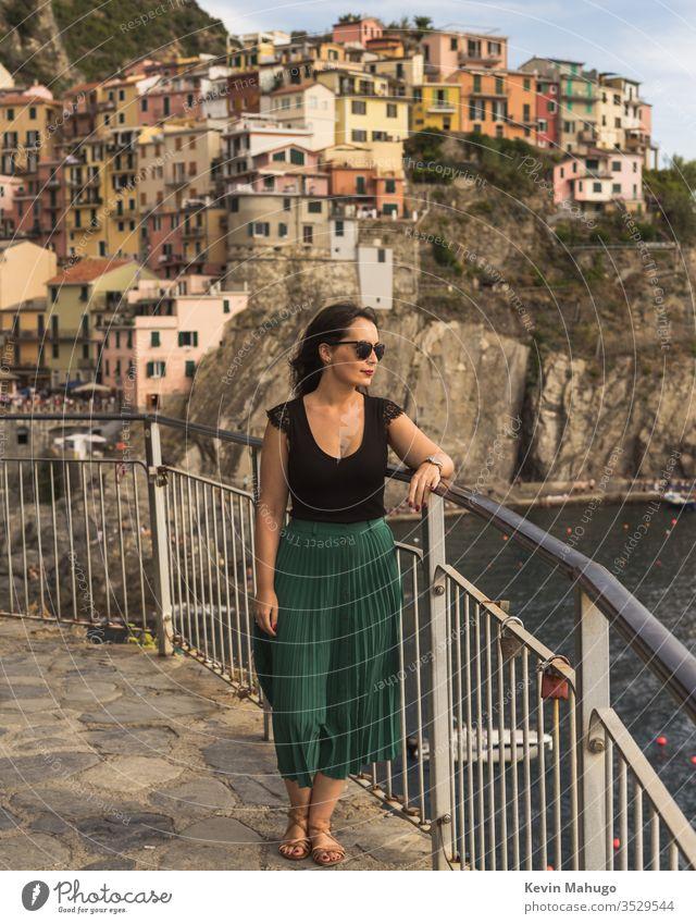 Schöne Frau sieht Sonnenuntergang in Italien Stein Häuser Farben Atmung reisen jung Mädchen Stil Menschen Wand lokal Person Lifestyle niedlich schön Treppe