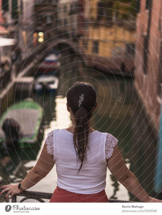 Schöne Frau beim Blick auf die Kanäle von Venedig, Italien Stein Häuser Farben Atmung reisen jung Mädchen Stil Menschen Wand lokal Person Lifestyle niedlich
