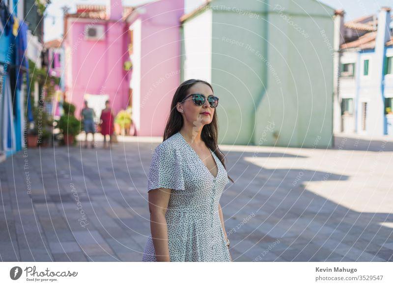 Schöne Frau auf Venedig, Italien Straße gelb rosa Wand bunt Gebäude Farben Landschaft blau Europäer schön Vorderseite Haus grau heimwärts Szene malerisch