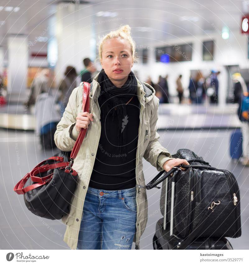 Weibliche Reisende, die Gepäck am Flughafen transportiert. reisen Frau Verkehr Zeitplan Station Abheben Gate Ankunft Ausflug Passagier Information Mädchen