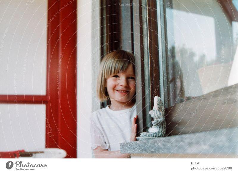 Zwei Mäuse Kind Mädchen Balkon Spielzeug Kuscheltier schauen kucken Neugier zuhause Kindheit Spielen Glück Fenster Tür rausschauen Freude niedlich 1 Fürsorge