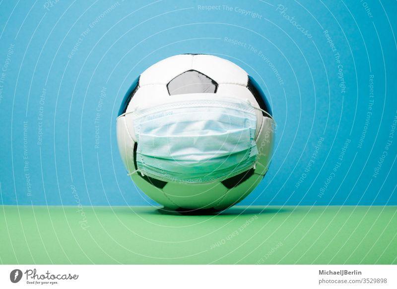 Fussball mit Corona Mund Nase Schutz Maske fussball sport corona covid-19 covid19 lockerung liga bundesliga neustart geisterspiele hygiene konzept maßnahmen