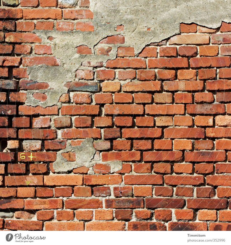Mauer | Mit Leistungseinschätzung, 6+. Wand Backstein Zeichen Ziffern & Zahlen ästhetisch einfach kaputt braun Gefühle Putz Benotung Rest Farbfoto Außenaufnahme