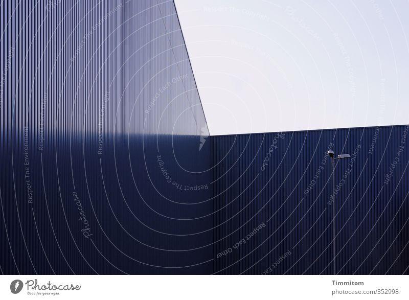 total blau   Alles Fassade. Industrie Himmel Saarbrücken Industrieanlage Architektur Mauer Wand Metall ästhetisch Coolness Business Lampe Linie Ecke Farbfoto