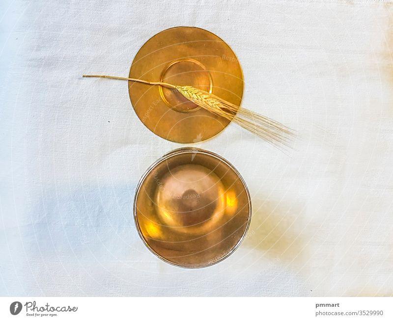 Ähre für Brot, das zum Leib Christi wird, und Kelch für Wein, das Blut Christi. Mais Altar Masse pyx enthalten Gastgeber Körper Kommunion Konfirmation Heirat