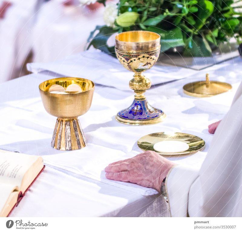 Hände von Papst Franziskus mit Hostie und Kelch mit Wein in den Kirchen der Welt Papa Altar Messbuch Buch Tasse durchkreuzen Christentum gold heilig Wirt pyx