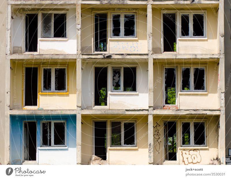 9 verloren im Rechteck Plattenbau Architektur Balkon Fassade Beton lost places Schatten Strukturen & Formen Zahn der Zeit Vergänglichkeit Stil verfallen