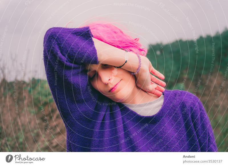 Frau mit rosa Haaren in den Wäldern Hippie sich[Akk] entspannen Behaarung schick Mädchen Fröhlichkeit Provence geblümt im Freien Feld Ohrringe Bohemien Model