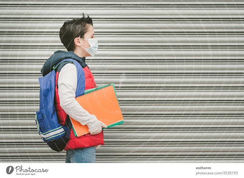 Covid-19,Kind mit medizinischer Maske und Rucksack, das zur Schule geht Coronavirus Virus Seuche covid-19 Schüler Pandemie Quarantäne zurück zur Schule