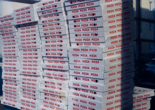 Gesundheit nicht schlecht mit Pizza Angebot Italienisch ungesund rote Schrift bläulich Pizza-Service Pizza selbst geholt Dienstleistungsgewerbe Gleichheit
