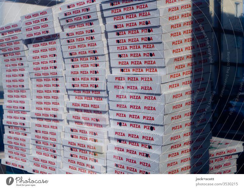 Gesundheit nicht schlecht mit Pizza Tageslicht Vorbereitung Angebot Mahlzeit Italienisch ungesund rote Schrift bläulich Pizza-Service Pizza selbst geholt
