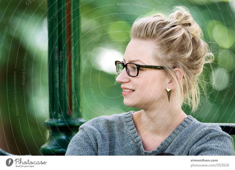 Auszeit Garten Sitzung sprechen feminin 1 Mensch 18-30 Jahre Jugendliche Erwachsene Freude Glück Fröhlichkeit Zufriedenheit Optimismus Erfolg Vertrauen