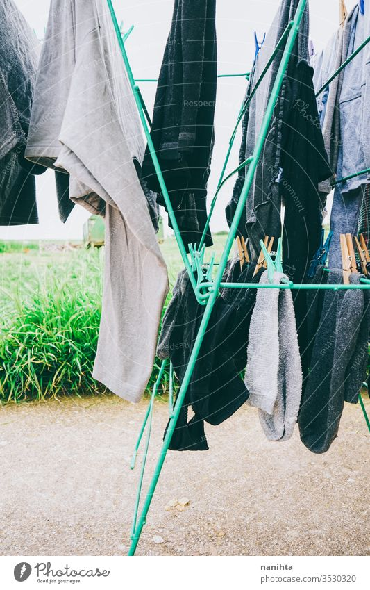 Aufhängen der Kleidung im Freien Wäscherei Waschen Wäscheleine die Wäsche aufhängen waschen Natur natürlich Wind ländlich rustikal Dorf Landleben