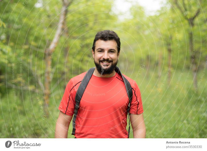 Attraktiver bärtiger Mann wandert mit dem Rucksack durch die Wälder Wanderung Wald im Freien Glück Natur laufen arabisch nahöstlich Baum Nur ein Mann 30s 40s