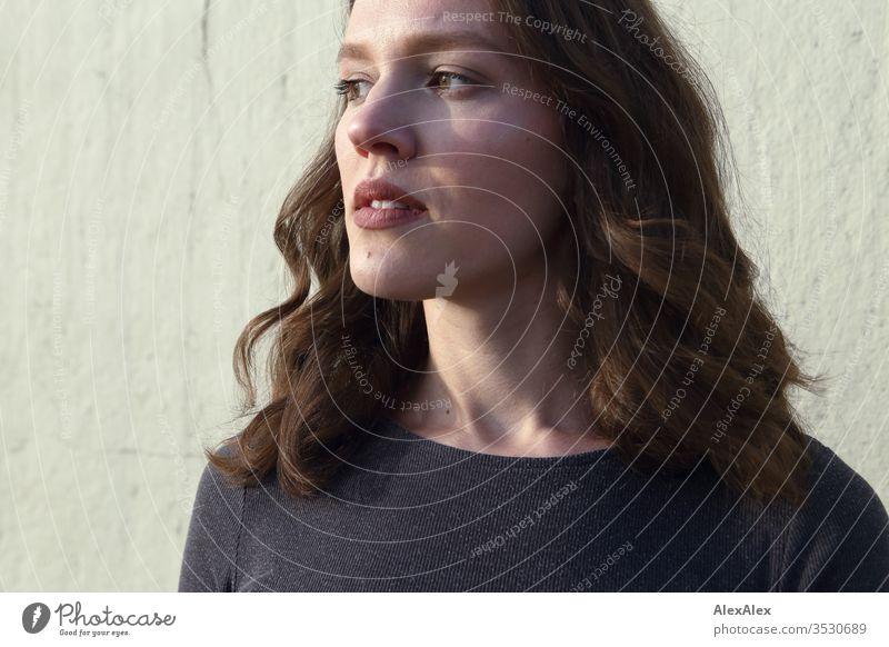 Porträt einer jungen Frau Mädchen bereits schlank passen brünett Locken lange Haare Abend Einstellung Schönheit und Schönheit 18-25 Jahre Jugendliche Junge Frau