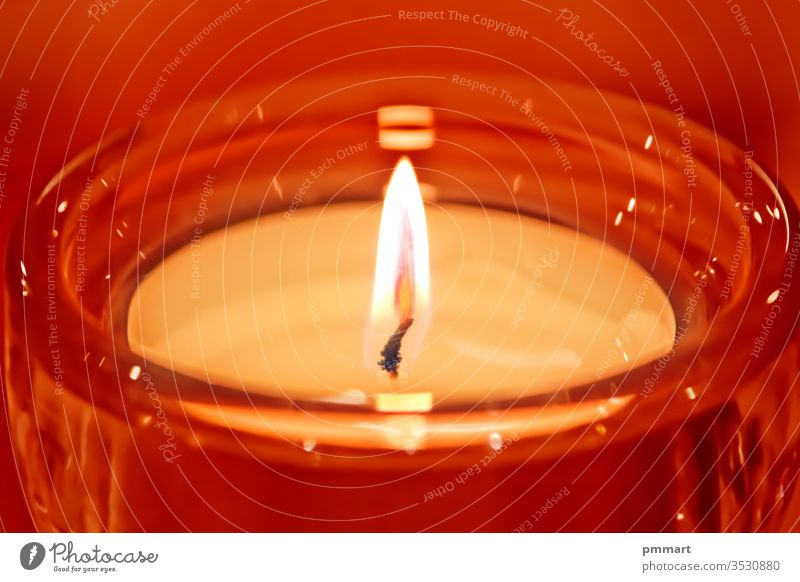 rote Kerze erhellt die Weihnacht Beerdigung Ordnung Festessen schwarz Blütezeit Blumenstrauß Brandwunde Kerzen Verpflegung Feier Weihnachten Kirche dunkel