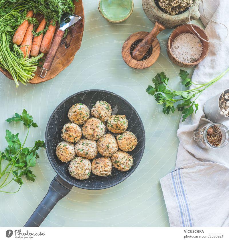 Köstliche gebratene Buchweizenbällchen in der Pfanne auf dem Küchentisch. Ansicht von oben. Veganes Essen. Hausmannskost lecker Bratpfanne Tisch Hintergrund