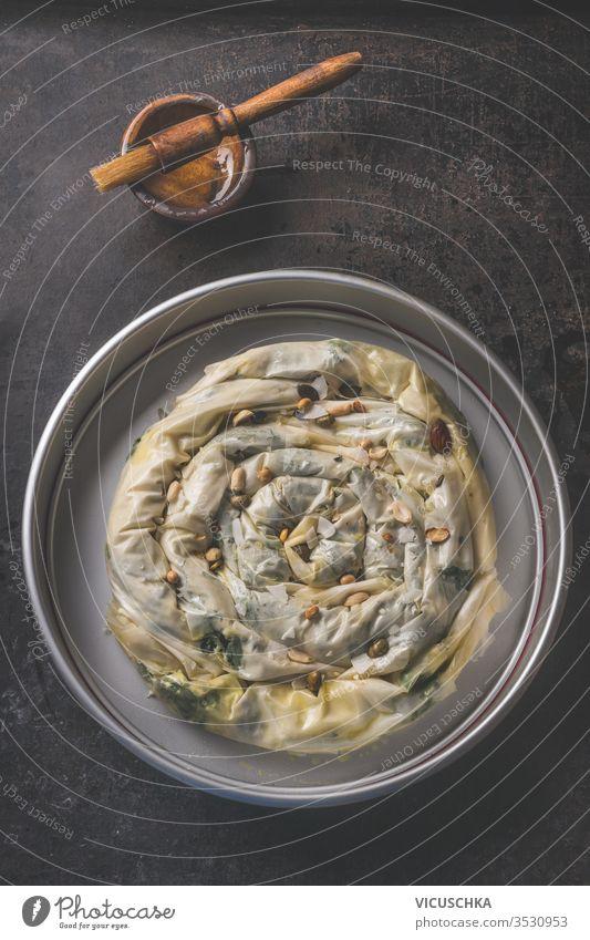 Zubereitung von gefülltem Blätterteigkuchen mit Phyllo-Teig . Balkan- oder orientalische Küche. Hausmannskost. Börek Vorbereitung Bohnenkraut phyllo Teigwaren