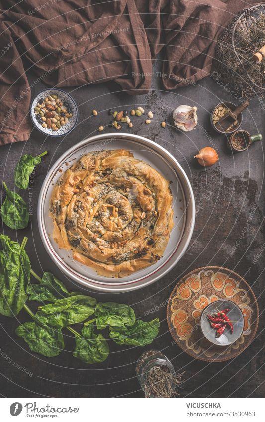 Leckere gefüllte Salzgebäckpastete mit Phyllo-Teig in traditioneller Backform. Balkan- oder orientalische Küche. Börek geschmackvoll Bohnenkraut Gebäck Pasteten