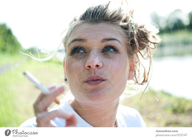 Sommer Rauchen Schwimmen & Baden Ferien & Urlaub & Reisen Tourismus Sommerurlaub Sonne Sonnenbad Strand Meer Insel Studium feminin 1 Mensch 18-30 Jahre