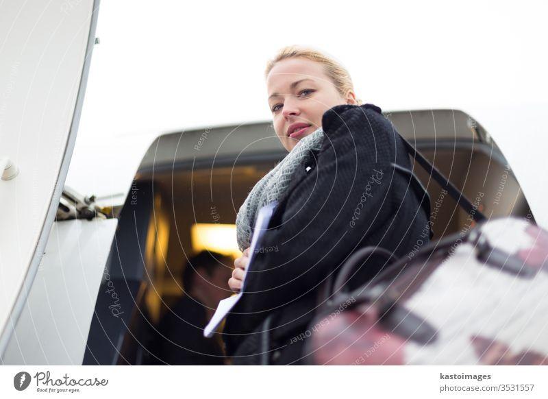 Frau besteigt Flugzeug. Ausflug Reise Urlaub Mädchen Abheben Reisender reisen Tourist Tourismus Ebene Person Passagier Flughafen Fluggesellschaft Verkehr
