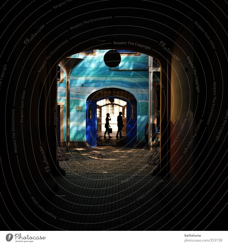 Schattenspiel Mensch Frau Jugendliche Mann Stadt blau Junge Frau Junger Mann Haus Erwachsene Leben feminin gehen Paar Fassade Freundschaft
