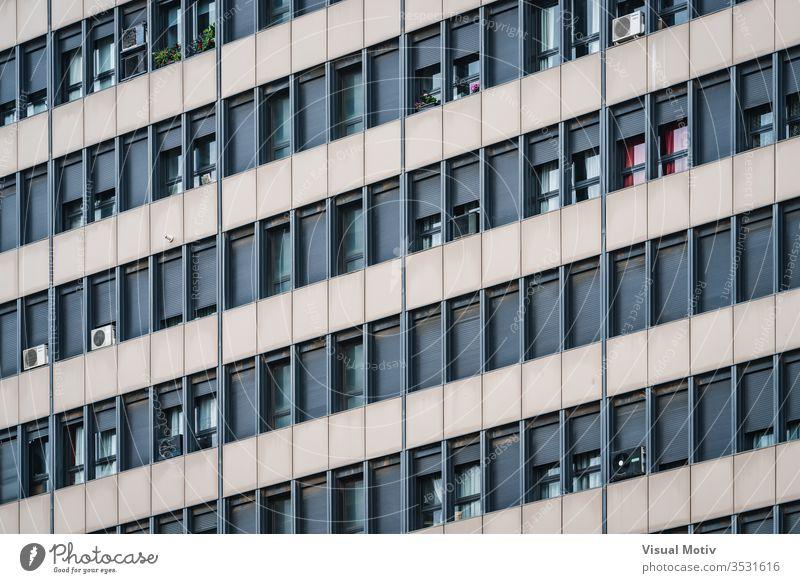 Fensterreihen an der Fassade eines Wohngebäudes Gebäude Fensterläden Reihen wohnbedingt Architektur im Freien Außenseite Farbe architektonisch urban