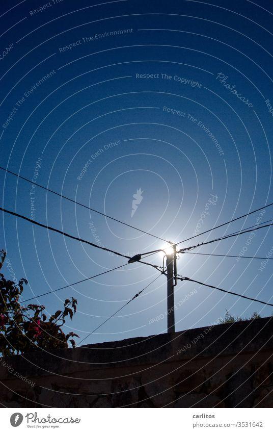Kleiner Mast mit wenig Draht Strommast Kabel Leitung Spannung Hochspannung Energie Energiewende erneuerbare enerie Elektrizität Energiewirtschaft Energiekrise