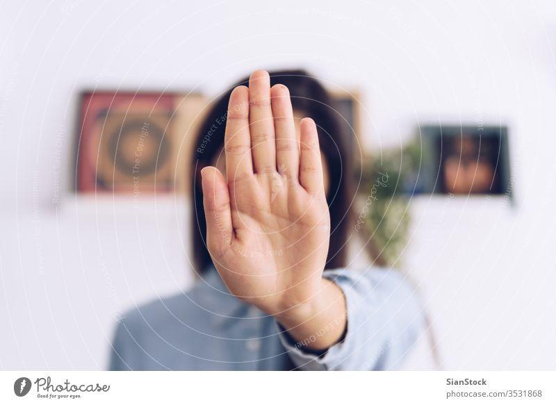 Coronavirus-Konzept. Mädchen sagt, sie soll mit den Händen aufhören, Coronavirus zu nehmen. Weltweiter Aufruf, zu Hause zu bleiben. COVID Korona Virus