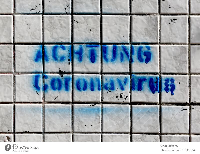 corona thoughts | Achtung Coronavirus! Blaue Schrift auf weißen Kacheln. coronavirus coronakrise Coronavirus SARS-CoV-2 Graffiti Schriftzeichen Satz blau