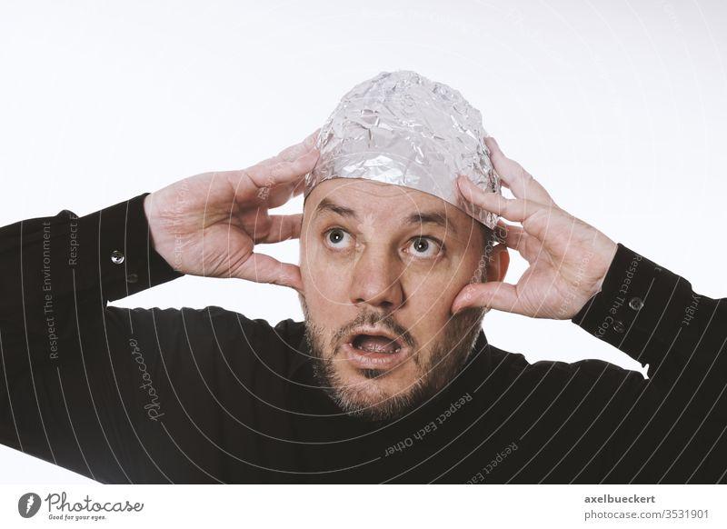 Paranoider Mann mit Aluhut - Verschwörungstherie aluhut Verschwörungstheorie paranoid Paranoia 5g Strahlung Alufolie gedankenkontrolle Telepathie Aluminium