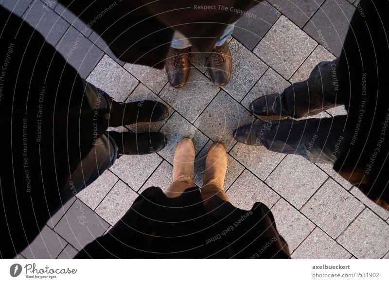4 Paar Füße - Freunde stehen im Kreis Fuß Schuhe Beine Freundeskreis Zusammenhalt zusammen Winter urban Stadt Straße Freundschaft Ich-Perspektive