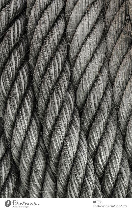 Industrielles Seil im Hafen. Strick Tau rope Schiff Anschlagmittel Technik Festigkeit Halt Seefahrt Business Gesellschaft Schiffsrumpf Gewerbe Geflecht