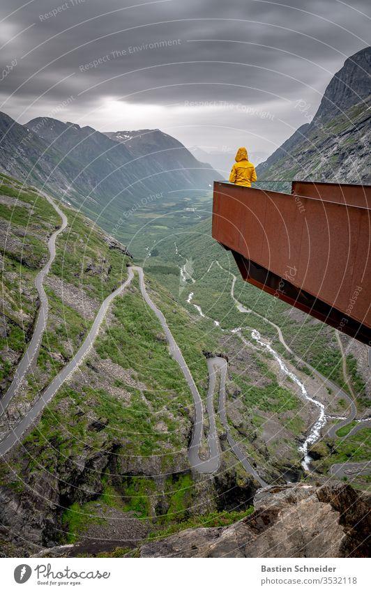 Ein grandioser Blick auf die Trollstigen, Norwegen Straße Ferien & Urlaub & Reisen Freiheit Fluggerät Wege & Pfade Abenteuer Berge u. Gebirge Natur Landschaft