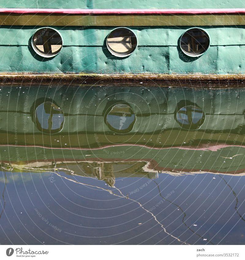 Detail eines alten Bootes mit Spiegelung im Wasser Stadt blau Wellen Spree Reflektion Reflexion & Spiegelung Spiegelbild Berlin Schifffahrt Fluss ship Kutter