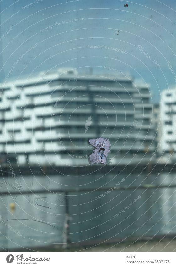 im Fenster gespiegelte unscharfe Ansicht eines modernen Gebäudes am Wasser Berlin Spiegelbild Reflexion & Spiegelung Reflektion blau Stadt Haus Architektur