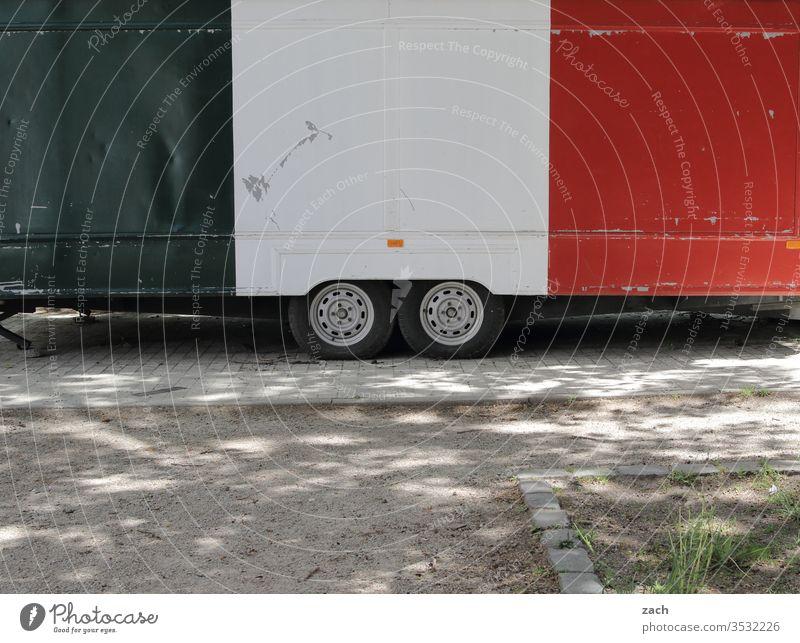 Imbisswagen in den Farben der iatlienischen Flagge geschlossen Imbissbude Pizza Italiener Essen Fast Food Restaurant Fastfood Ernährung Wagen Mittagessen