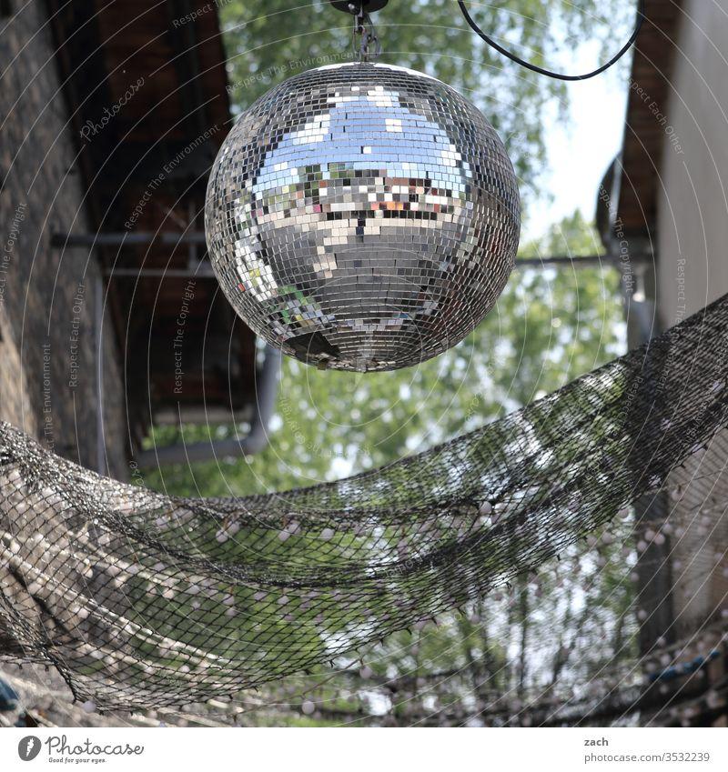 Diskokugel hängt im Garten Party Disco Discokugel Diskjockey Partynacht Open Air Club Feste & Feiern Musik Lifestyle Tanzen Licht Nachtleben ausgehen