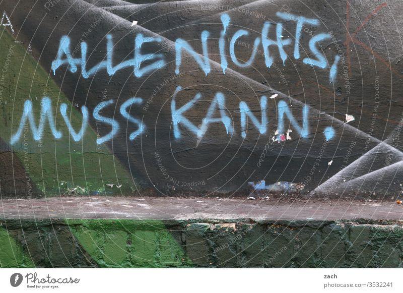 Fassade mit Graffiti und der Aufschrift Alles nichts, muss kann Wand Zeichen Schriftzeichen Mauer grau Gebäude Brandwand Berlin Street Art Buchstaben Schriftzug