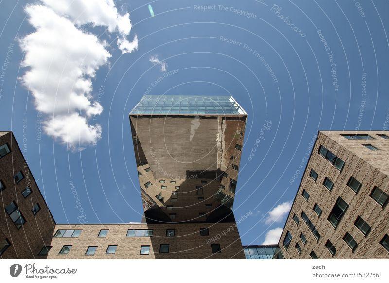 Ansicht eines modernen Gebäudes in Berlin Spiegelbild Reflexion & Spiegelung Reflektion blau Stadt Haus Architektur Wohnhaus Wohnung teuer Himmel Fassade