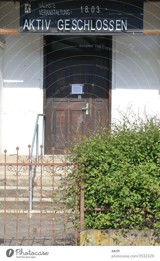 Haus mit einem Schild Aktiv geschlossen aktiv Verbote Verbotsschild Schilder & Markierungen Hinweisschild Warnschild Schriftzeichen Zeichen Club verboten