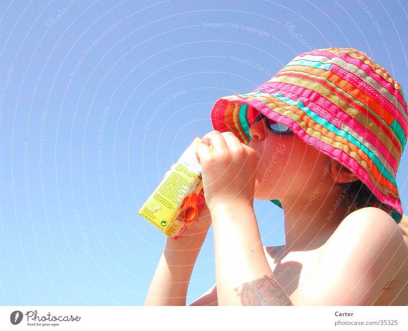 Junge am Strand Mensch Kind Himmel Sonne Meer blau Farbe Hut Durst