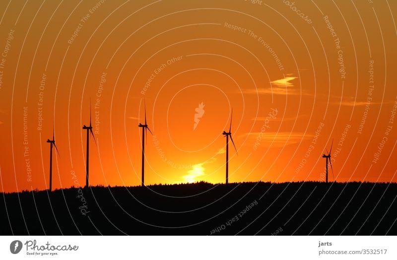 Windräder im Sonnenuntergang Windkraftanlage Erneuerbare Energie Energiewirtschaft Windrad Himmel Umwelt Umweltschutz Farbfoto Außenaufnahme Menschenleer Wolken