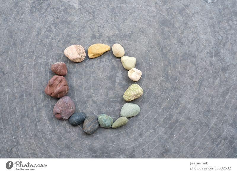 Farbsteine im Kreis Steine Kreislauf Natur Yoga rund Herz-/Kreislauf-System Vergänglichkeit harmonisch grauer hintergrund symbolisch Zukunft mittig geduldig